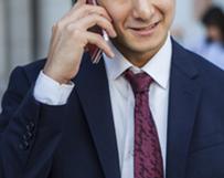 電話を掛ける男性